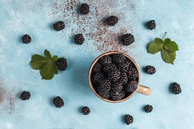 おいしい完熟甘い健康的なブラックベリー。