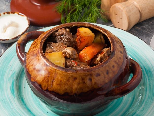 Вкусное жаркое в горшочке с грибами и сметаной