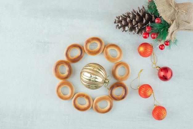 白い背景にクリスマスボールが付いたおいしい丸い甘いクッキー。高品質の写真