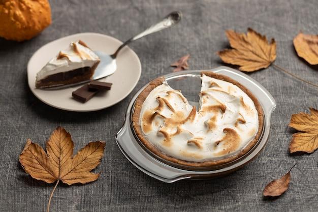 Вкусный десерт s'mores на столе