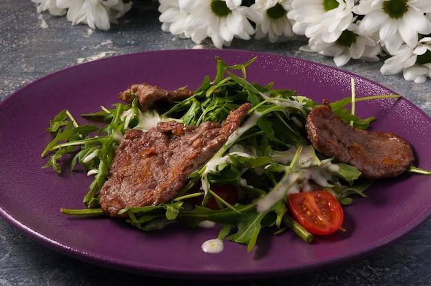 牛肉の炒め物、ルッコラ、ソースのおいしいサラダ