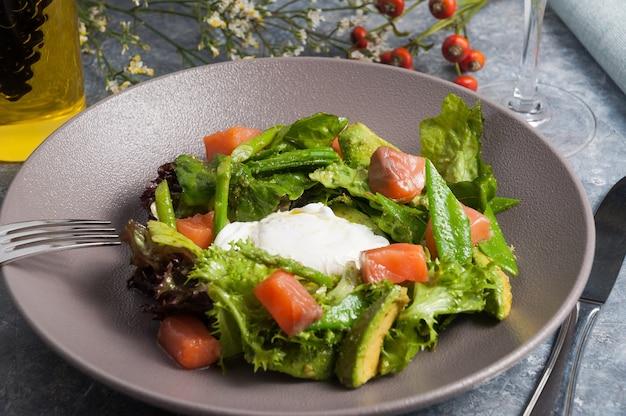 아보카도 연어 끈 콩을 곁들인 맛있는 샐러드