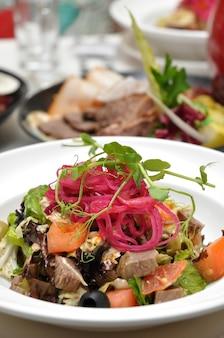 レストランの宴会での牛肉と野菜のおいしいサラダ
