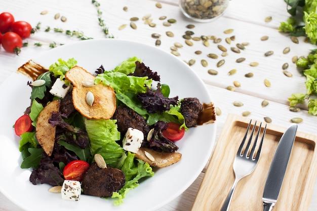 튀긴 버섯과 야채와 함께 맛있는 샐러드.
