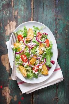 昼食のためのタマネギとおいしいサラダ