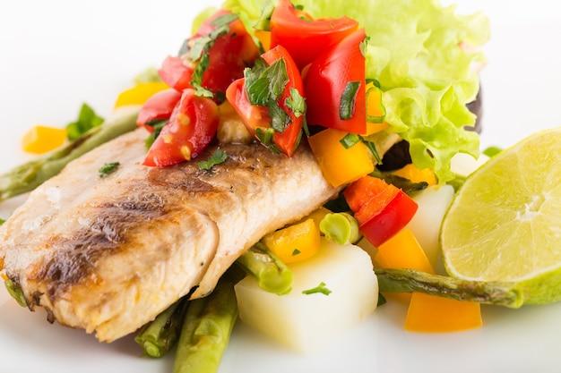 Вкусный лосось на тарелке изолирован
