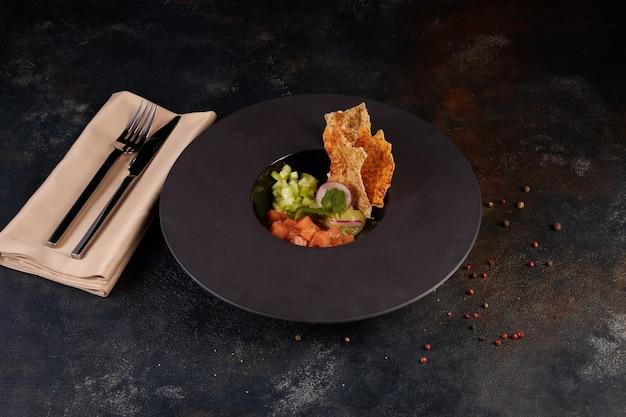 Вкусный тартар из лосося с авокадо