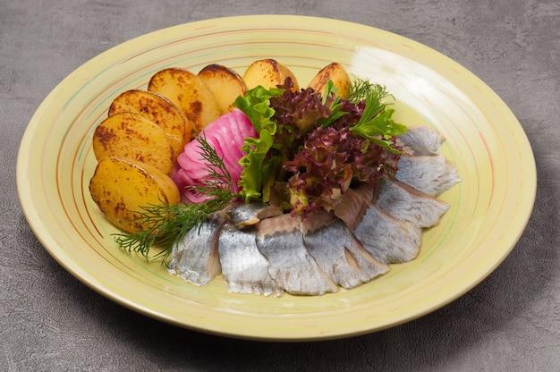 Вкусная соленая сельдь с запеченным картофелем и луком
