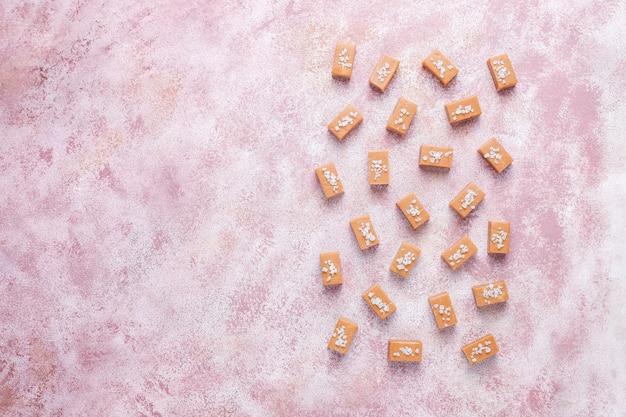 Вкусные соленые карамельные конфеты с морской солью
