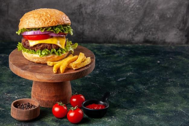 木製のまな板の上のおいしいサンドイッチ フライ トマト ケチャップ ダーク ミックス色の表面に空きスペース