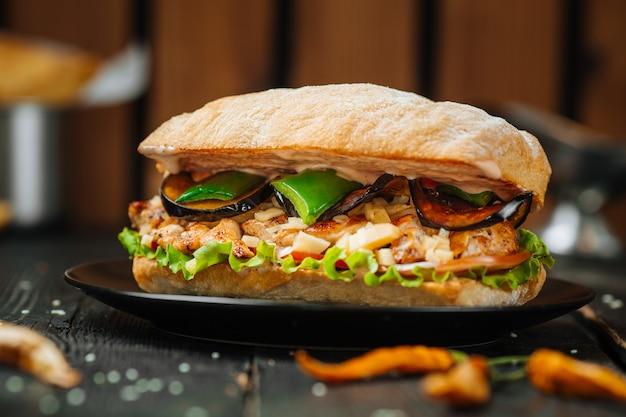 暗い木製のテーブルでおいしいサンドイッチ