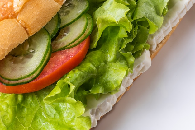 バゲットのパンにおいしいサンドイッチ