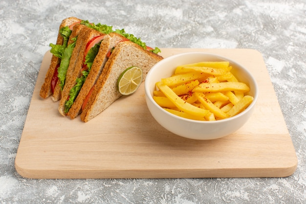 ライトグレーのフライドポテトとおいしいサンドイッチ