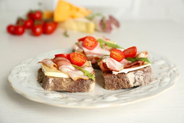 접시에 맛있는 샌드위치를 닫습니다.