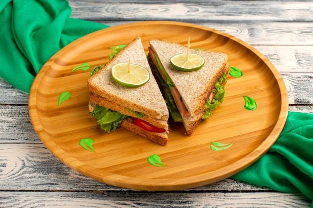 グリーンサラダハムとトマトのグレーのおいしいサンドイッチ