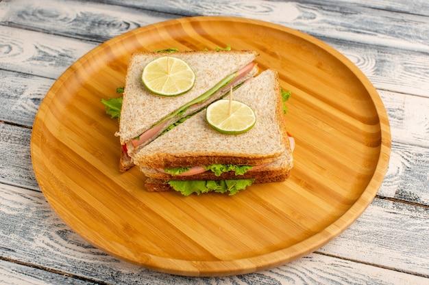 グリーンサラダハムとトマトのおいしいサンドイッチ