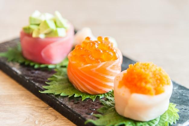 Вкусные сашими морепродукты суши черный
