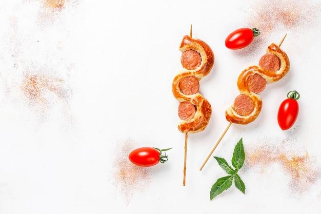 Salsicce gustose avvolte in pasta sfoglia.