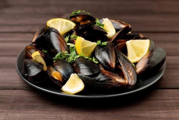Вкусные морепродукты, мидии и лимон