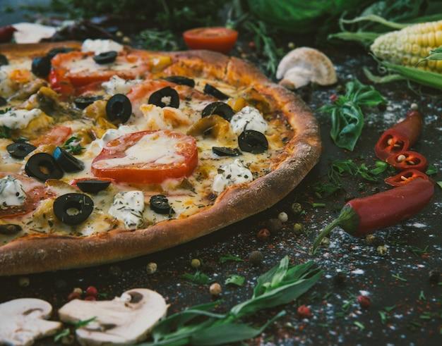 木製のテーブルにさくらんぼを添えたおいしいシーフードピザ。