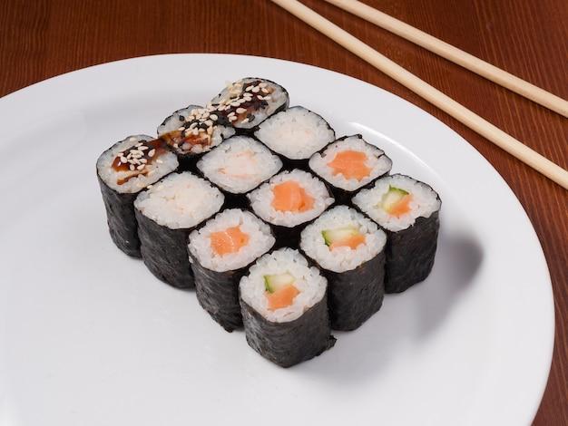 흰색 접시에 작은 초밥의 맛있는 세트 롤