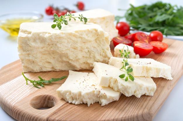 おいしい羊または山羊のチーズ
