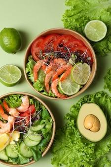 緑の背景、トップ ビューでおいしいエビのサラダ