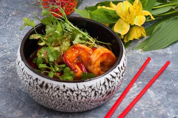 달콤한 소스에 야채와 함께 맛있는 새우 아시아 요리