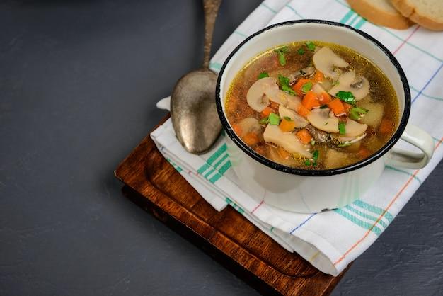 灰色の表面上の鍋でおいしいスープ。閉じる。コピースペース。