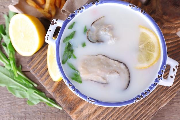 木製のテーブルに牡蠣のおいしいスープ