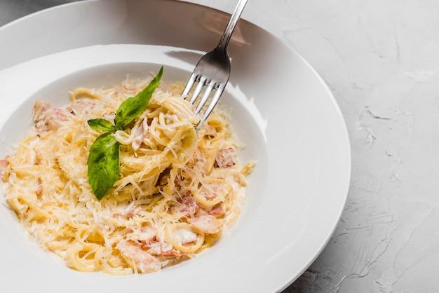 Spaghetti saporiti con la fine del formaggio in su