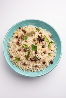 Basmati 쌀과 향신료를 곁들인 병아리 콩 검정 또는 흰색 병아리 콩으로 요리 한 맛있는 매운 chana pulao 또는 pulav 또는 필라프
