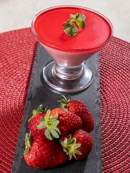 Вкусный клубничный мусс в стакане с желатином сверху.