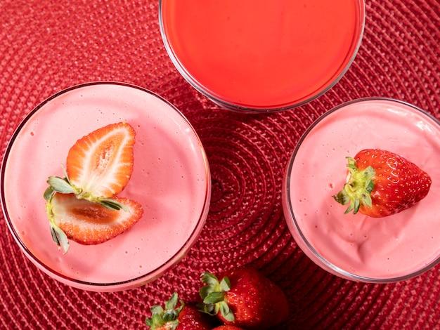 Вкусный клубничный мусс в стакане с клубникой сверху.