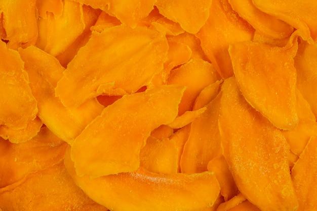 Вкусный сахар кусочки манго фон. вид сверху.