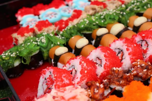 Вкусные суши на уличной еде