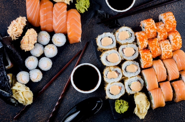 ソース、箸、生姜をテーブルにセットした美味しい巻き寿司。宅配サービス日本食