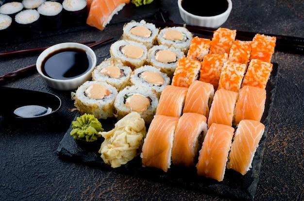 ソース、箸、生姜をテーブルにセットした美味しい巻き寿司