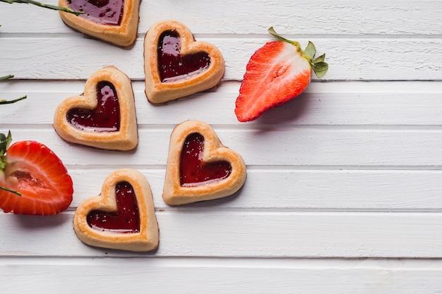 Вкусное сладкое печенье, лежащее возле клубники
