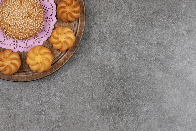 Gustosi biscotti dolci su tavola di legno.