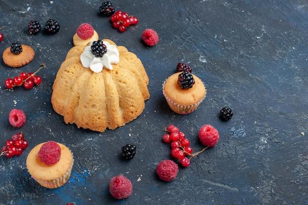 暗い机の上にクランベリーと一緒にさまざまなベリーとおいしいクリームが入ったおいしい甘いケーキ、フルーツベリーケーキビスケットスイート