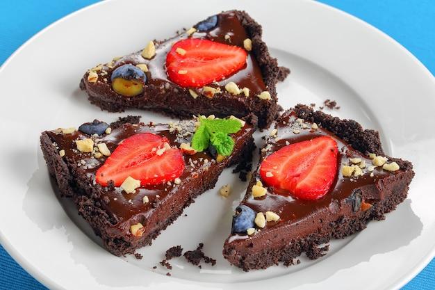 Вкусный сладкий шоколадный пирог со свежей клубникой и черникой