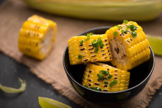 양파 소스를 곁들인 맛있는 달콤한 구운 옥수수