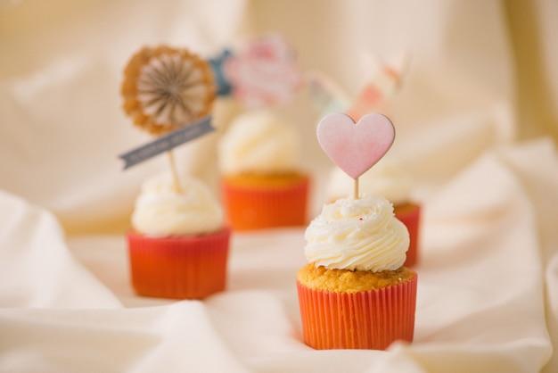 おいしい甘いピンクのカップケーキ。飾られたデザートテーブル