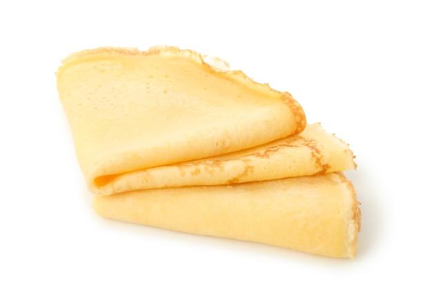 Вкусные тонкие блины, изолированные на белом фоне