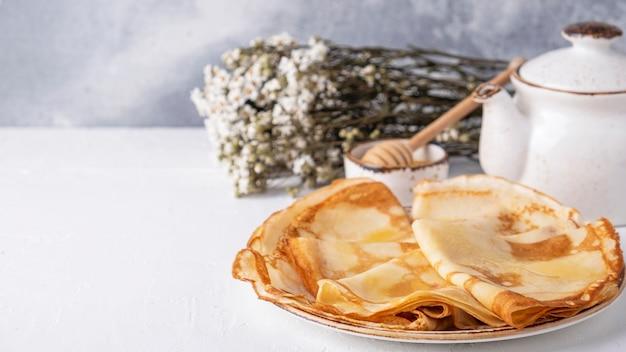 プレートにおいしい薄いパンケーキ