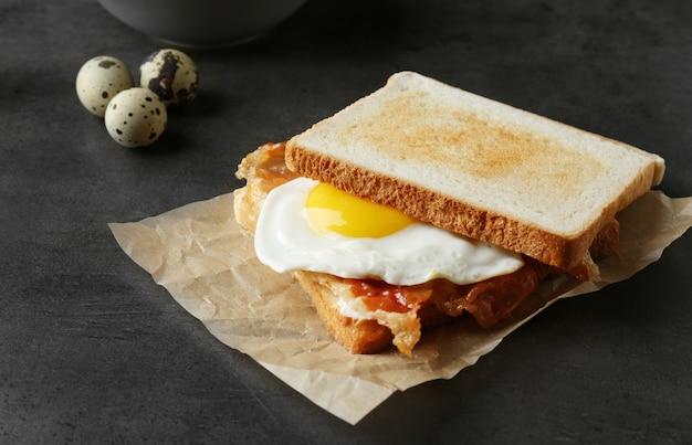 Вкусный тост с жареным яйцом и беконом на столе