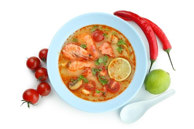 白い背景に分離されたおいしいトムヤム スープ