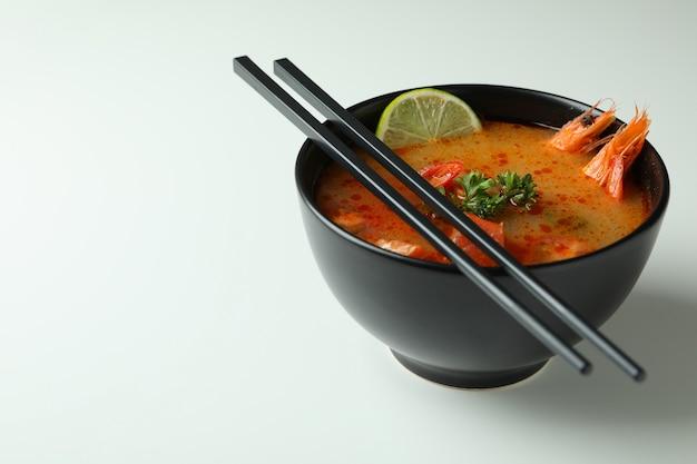 白い背景においしいトムヤム スープ