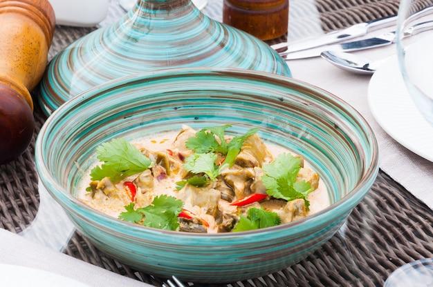 허브와 후추로 장식 된 맛있는 전통 아시아 톰얌 수프